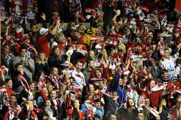 Pardubičtí fanoušci se radují z gólu proti Hradci Králové.