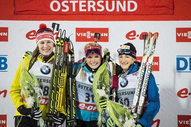 Medailistky ze závodu na 15 kilometrů. Zlatá Gabriela Soukalová (uprostřed), stříbrná Slovenka Anastasia Kuzminová (vlevo) a bronzová Marie Laureová Brunetová z Francie.