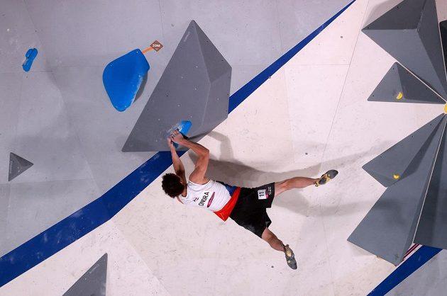 Adam Ondra při boulderingu v olympijském finále.