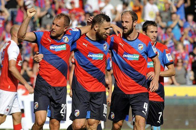 Plzeňští fotbalisté (zleva) Daniel Kolář, Jan Holenda, Roman Hubník a Tomáš Hořava se radují z prvního gólu Plzně proti Slavii.