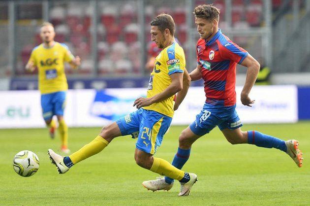Jan Kovařík z Plzně (vpravo) a Jan Krob z Teplic v akci během utkání 11. kola první fotbalové ligy.