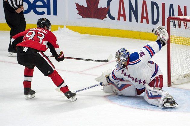 Brankář Rangers Henrik Lundqvist likviduje samostatný nájezd Miky Zibanejada z Ottawy.