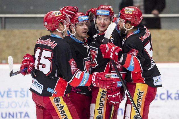 Hokejisté Filip Pavlík, Petr Koukal, Rudolf Červený a Dominik Graňák z Hradce Králové se radují z gólu v duelu s Mladou Boleslaví.
