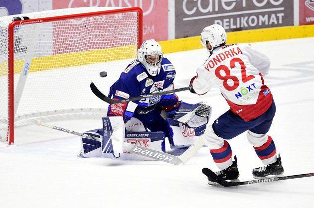 Zleva brankář Brna Lukáš Klimeš a Michal Vondrka z Pardubic během utkání hokejového Poháru Generali České pojišťovny.