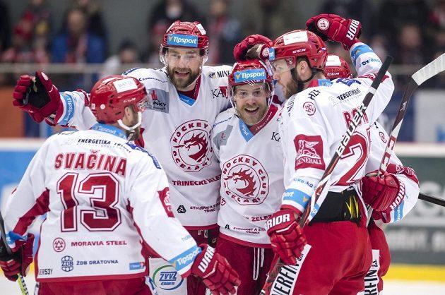 Zleva Vladimír Svačina, Tomáš Marcinko, Roman Vlach a Vladimír Roth (všichni z Třince) oslavují gól.