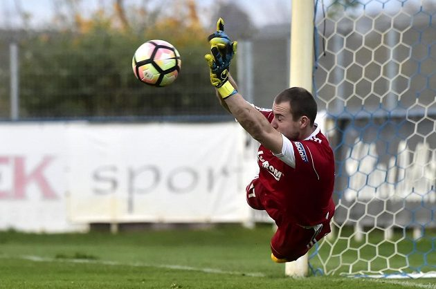 Brankář Stanislav Dostál ze Zlína během penaltového rozstřelu s Vlašimí.