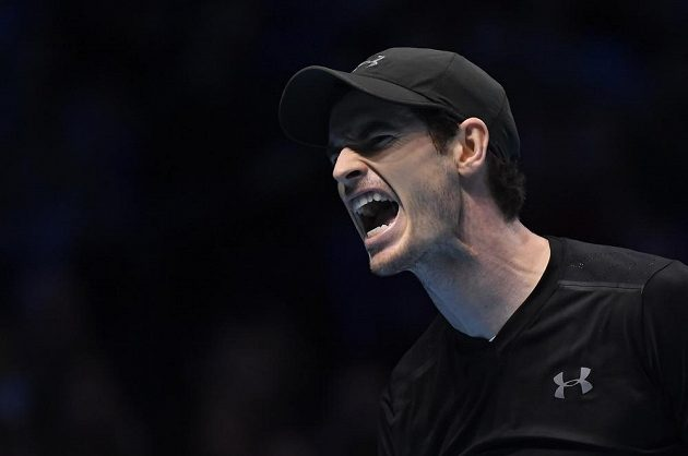 Britský tenista Andy Murray reaguje na jednu z výměn ve finále Turnaje mistrů s Novakem Djokovičem.