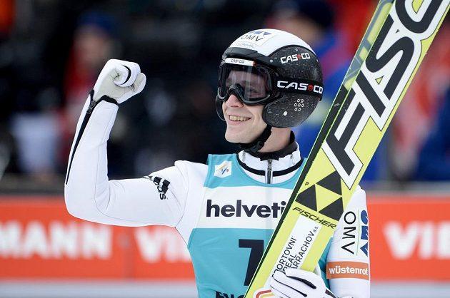 Skokan na lyžích Roman Koudelka se raduje z vítězství v Engelbergu, ve Světovém poháru se posunul na druhé místo.