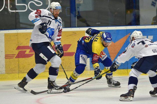 Michal Moravčík z Plzně, Michal Popelka ze Zlína a Milan Gulaš z Plzně v souboji o puk během extraligového utkání.