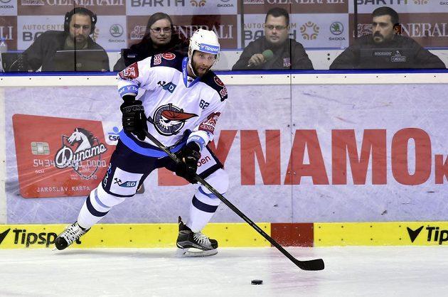 Chomutovský útočník Vladimír Růžička během utkání v Pardubicích ve 3. kole extraligy.