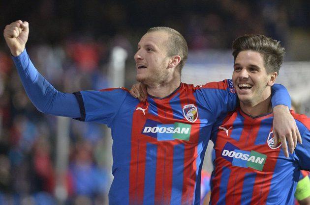 Hráči Plzně se radují z prvního gólu, vlevo úspěšný střelec Michael Krmenčík a vpravo jeho spoluhráč Aleš Čermák.
