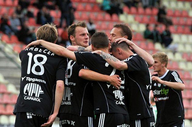 Fotbalisté Příbrami se radují ze vstřelení gólu proti Jablonci v utkání 28. kola Gambrinus ligy.