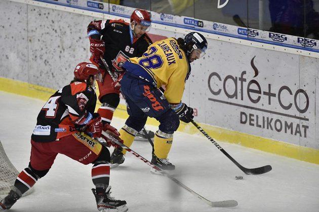 Kevin Klima z Hradce Králové, Radek Pilař z Hradce Králové a Valentin Claireaux ze Zlína v akci během extraligového utkání.