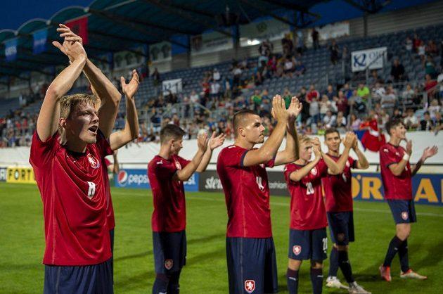 Čeští mladíci děkují po utkání v Českých Budějovicích za podporu divákům.