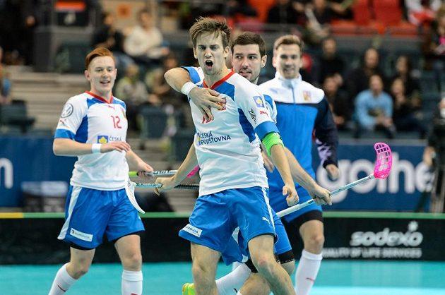 Patrik Dóža se raduje ze svého gólu do švýcarské sítě na 3:3.
