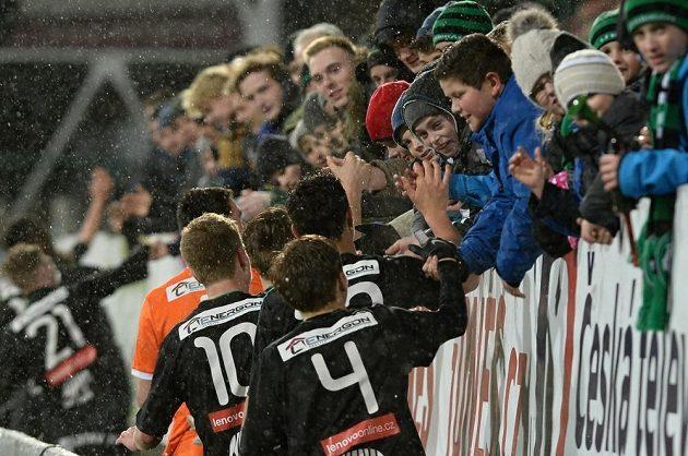 Hráči Příbrami se zdraví s fanoušky po vyhraném zápase Youth League.