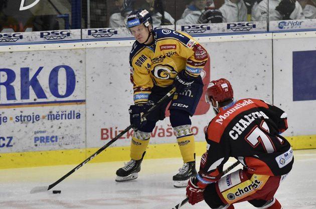 Lukáš Buchta ze Zlína a Matěj Chalupa z Mountfieldu v akci během utkání hokejové extraligy.