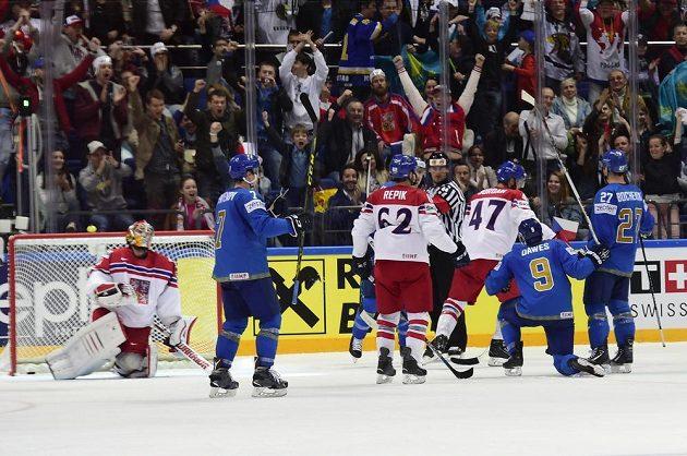 Nigel Dawes z Kazachstánu (druhý zprava) vstřelil gól. V české brance je Pavel Francouz.