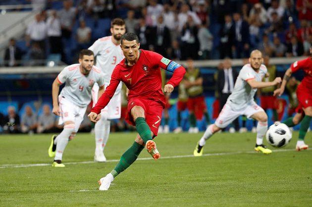 Portugalec Cristiano Ronaldo proměňuje penaltu v duelu se Španělskem v utkání MS.
