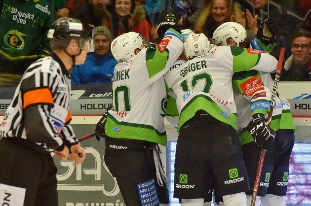 Karlovarští hokejisté se radují z gólu v utkání se Zlínem.