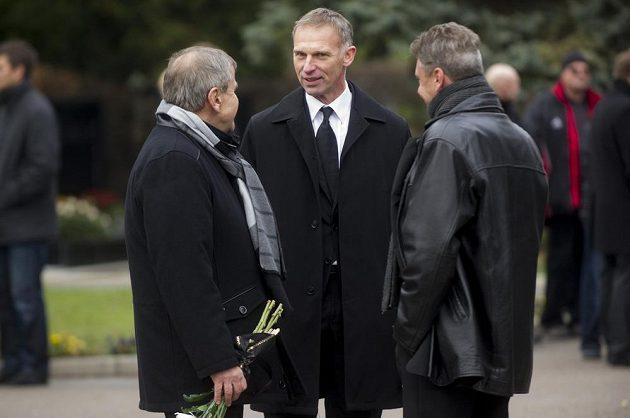Bývalý hokejový brankář Dominik Hašek (uprostřed) při posledním rozloučení s manažerem Zbyňkem Kusým.
