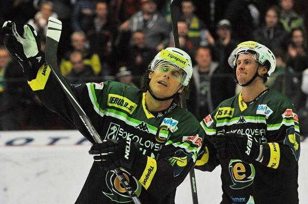Karlovarští hokejisté Radek Duda (vlevo) a Jekabs Redlihs slaví vítězství nad Plzní.