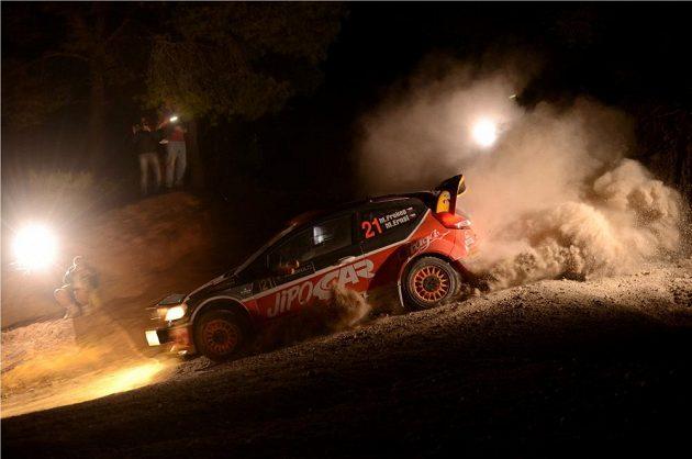 Martin Prokop s Fordem Fiesta WRC na trati noční rychlostní zkoušky při Rallye Akropolis.