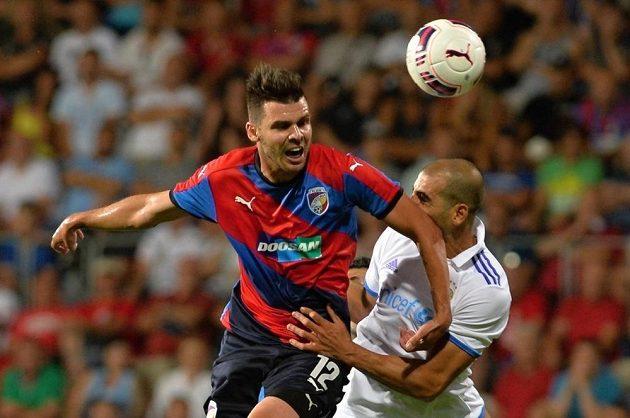 Michal Ďuriš z Plzně (vlevo) bojuje o míč s Tal Ben Chaimem I z Maccabi Tel Aviv.