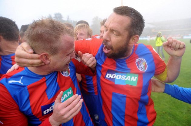 David Limberský (vlevo) a kapitán týmu Pavel Horváth z Plzně oslavují ligový titul.