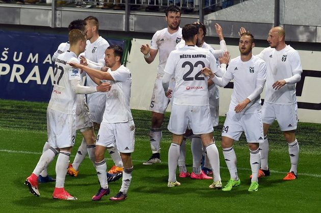 Hráči Karviné se radují z gólu.