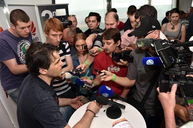 Jaromír Jágr v zajetí zástupců médií.