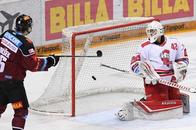 Sparta střílí první gól utkání (Michal Řepík). Vlevo David Tomášek ze Sparty a olomoucký brankář Branislav Konrád.