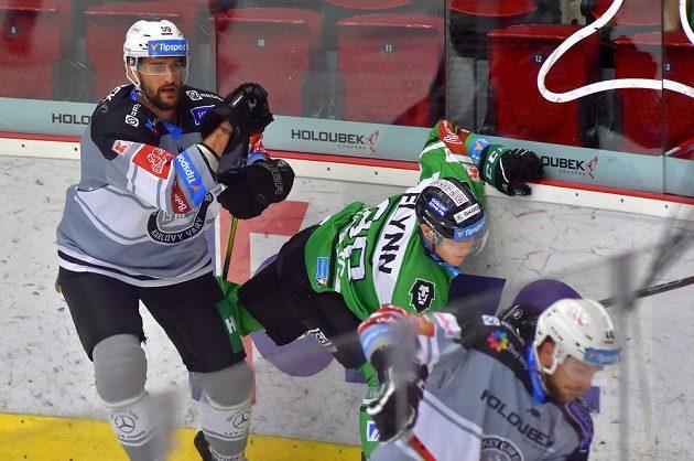 Oldrich Kotvan z Karlových Varů a Oscar Flynn z Mladé Boleslavi během utkání hokejového Poháru Generali České pojišťovny.