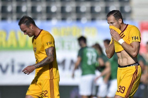 Zklamaní fotbalisté Dukly Martin Jiránek (vlevo) a Jakub Podaný (vpravo) v duelu s Jabloncem.
