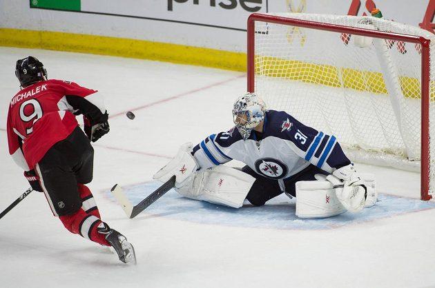 Milan Michálek z Ottawy na svém krajanovi v brance Winnipegu Ondřeji Pavelcovi ztroskotal, stejně jako pět jeho dalších spoluhráčů.