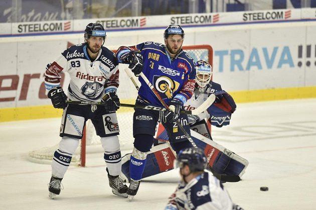 Šimon Stránský z Vítkovic a Jakub Herman ze Zlína v akci během utkání hokejové extraligy.