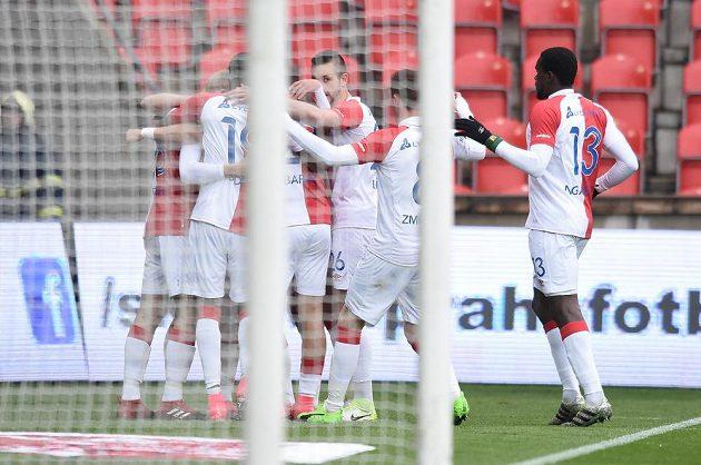 Fotbalisté Slavie se radují z úvodní trefy v zápase proti Hradci Králové.