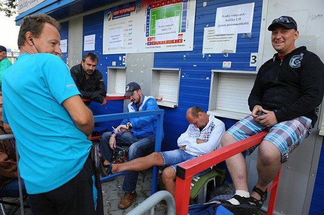 Předprodej vstupenek na zápasy fotbalistů Viktorie Plzně v Lize mistrů pro majitele permanentek začal 8. září na stadiónu ve Štruncových sadech. Někteří z nich si při čekání i pospali.