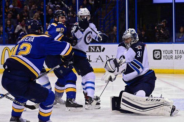 Gólman Winnipeg Jets Ondřej Pavelec zasahuje po závaru v utkání NHL s týmem St. Louis Blues.