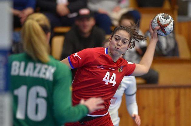 V přípravném turnaji házenkářek O štít města Chebu střílí na rakouskou branku Dominika Zachová.