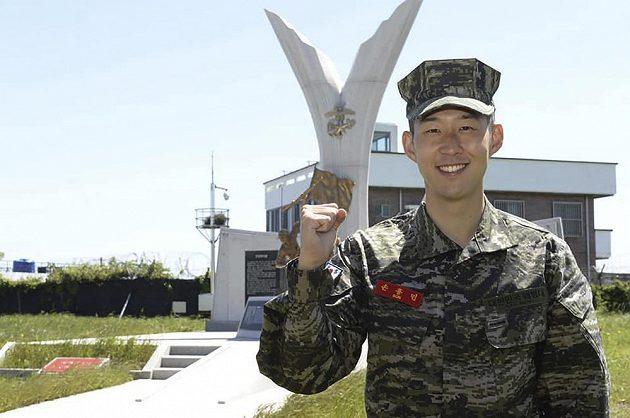 Fotbalista Son Hung-min z Tottenhamu po absolvování vojenského výcviku. Už se těší na to, jak zase bude střílet míčem.