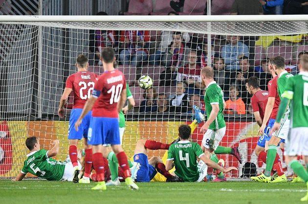 Zmatky v české obraně. Druhý gól Severních Irů dal Jonny Evans (vlevo).