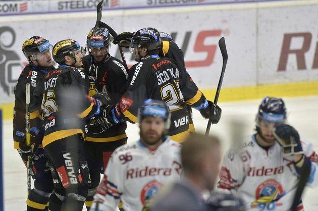 Hráči Litvínova se radují z gólu.