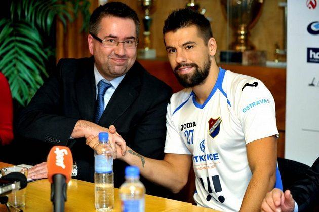 Útočník Milan Baroš si podává ruku s předsedou představenstva Baníku Petrem Šafarčíkem.