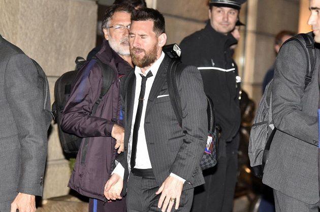 Hvězdný forvard Barcelony Lionel Messi míří do hotelu v Praze před zápasem Ligy mistrů se Slavií.
