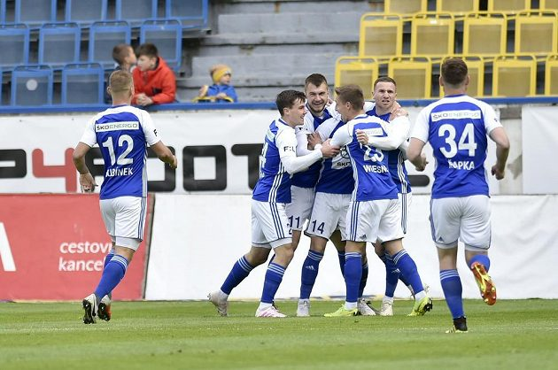 Hráči Boleslavi se radují z gólu.