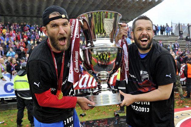 Plzeňští fotbalisté Marek Bakoš (vlevo) a Pavel Horváth oslavují ligový titul.