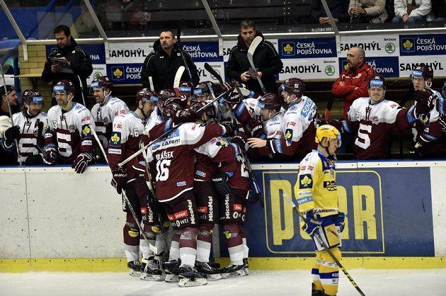 Hokejisté Sparty se radují ze vstřeleného gólu proti Zlínu.