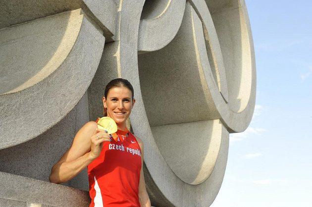 Atletka Zuzana Hejnová se zlatou medailí, kterou vybojovala na mistrovství světa v běhu na 400 metrů překážek.
