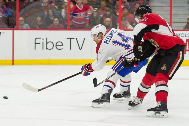 Útočník Montrealu Tomáš Plekanec střílí svůj druhý gól v utkání proti Ottawě.
